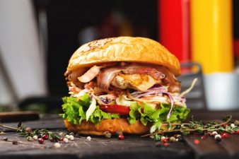 Бургер с курицей и салатом коул слоу